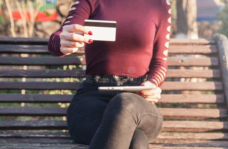 Donna caucasica che mostra la carta di credito fotografia stock libera da diritti