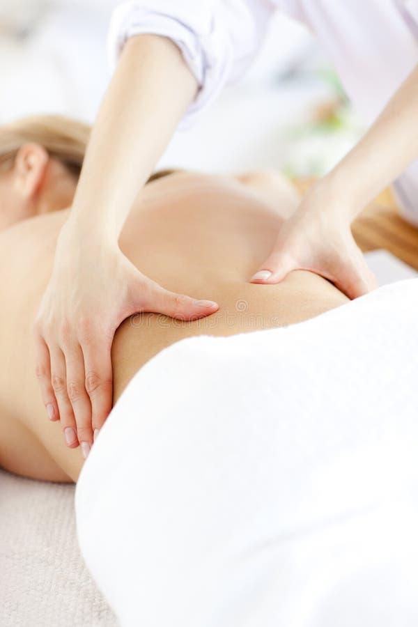 Donna caucasica che riceve un massaggio posteriore immagine stock