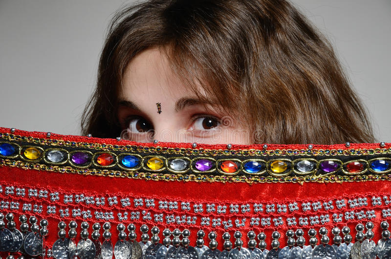 Donna caucasica dietro lo scialle orientale fotografie stock libere da diritti