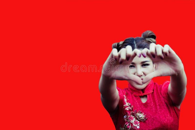 Donna caucasica nel cheongsam tradizionale del vestito cinese al nuovo YE immagini stock