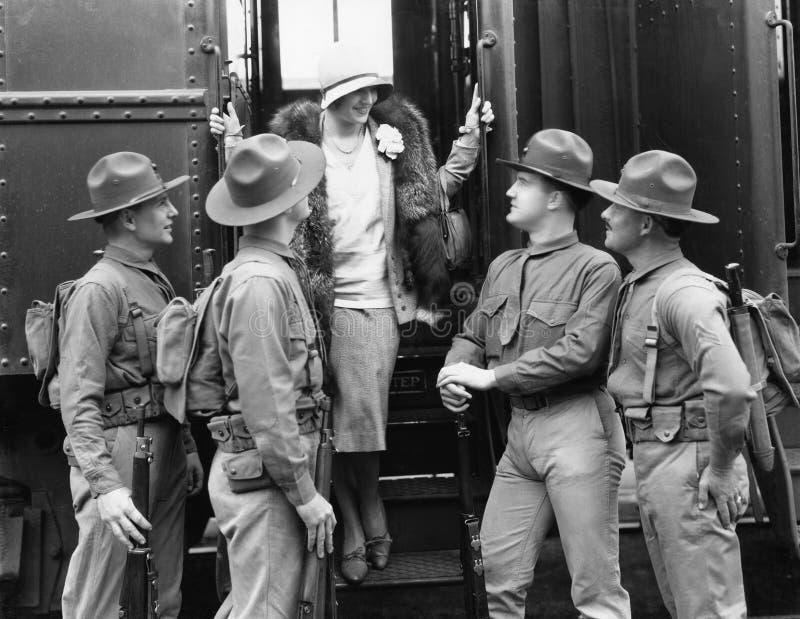 Donna che è accolta da quattro soldati (tutte le persone rappresentate non sono vivente più lungo e nessuna proprietà esiste Gara immagini stock