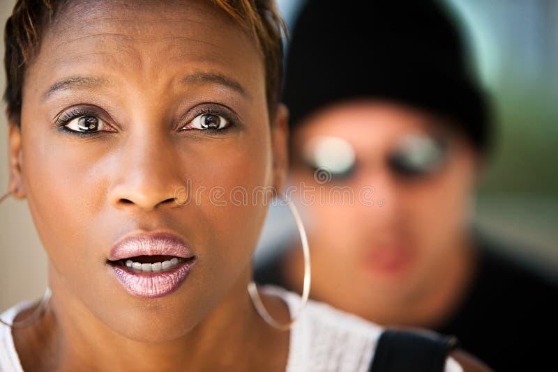 Donna che è inseguita fotografia stock