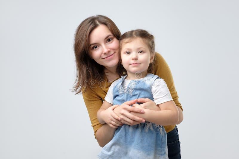 Donna che abbraccia la sua neonata sveglia del bambino fotografia stock libera da diritti