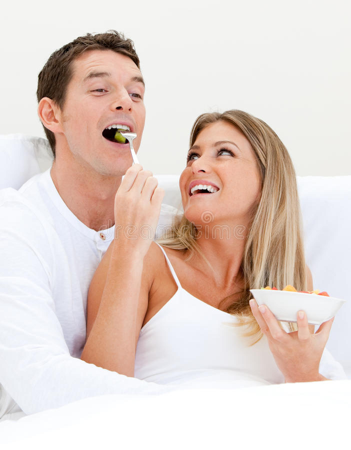 Donna che alimenta il suo ragazzo con la frutta fotografia stock libera da diritti