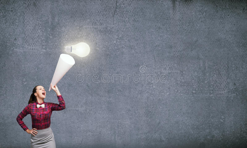 Donna che annuncia qualcosa fotografia stock libera da diritti