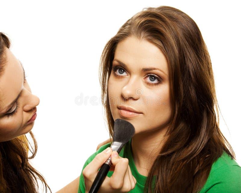 Donna che applica blusher immagini stock libere da diritti