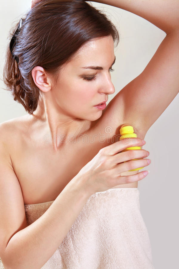 Donna che applica deodorante fotografia stock libera da diritti