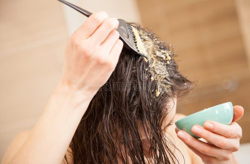 Donna che applica hairmask fotografie stock libere da diritti