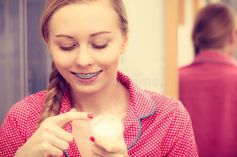 Donna che applica la crema di pelle d'idratazione Skincare immagini stock