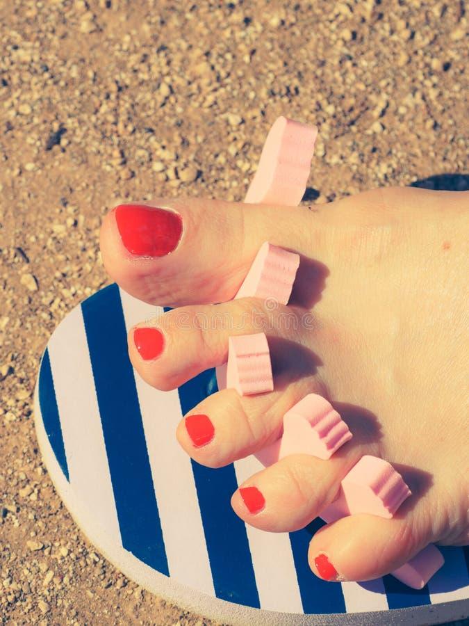 Download Donna Che Asciuga Il Suo Smalto Dopo Il Pedicure Fotografia Stock - Immagine di rosso, toenails: 117981866
