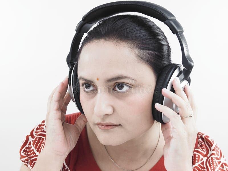 Download Donna Che Ascolta La Musica Immagine Stock - Immagine di barrette, felice: 7319985