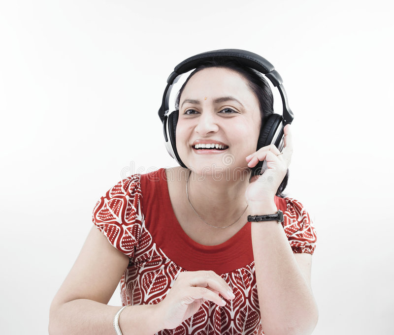 Download Donna Che Ascolta La Musica Fotografia Stock - Immagine di barrette, udienza: 7320312