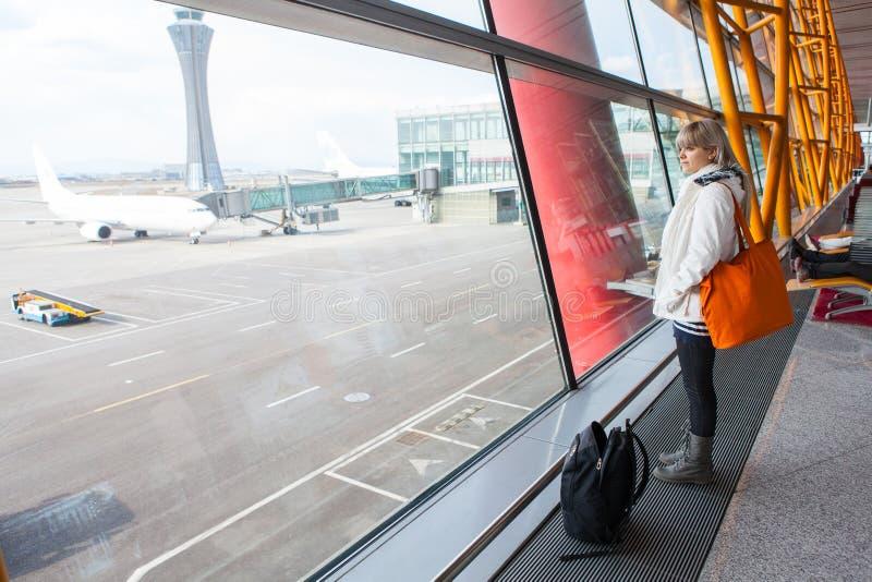 Donna che aspetta un aereo fotografia stock libera da diritti