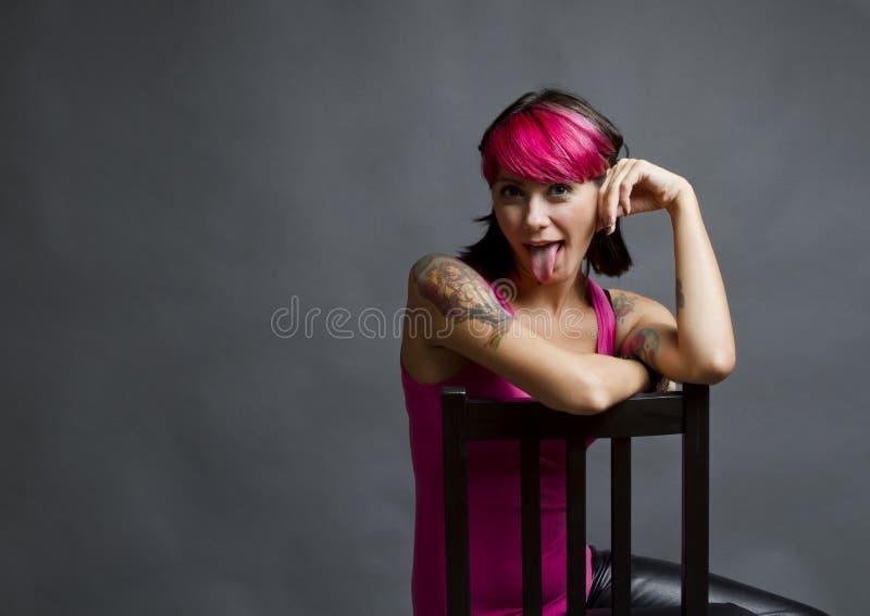 Donna che attacca fuori la sua linguetta immagini stock libere da diritti