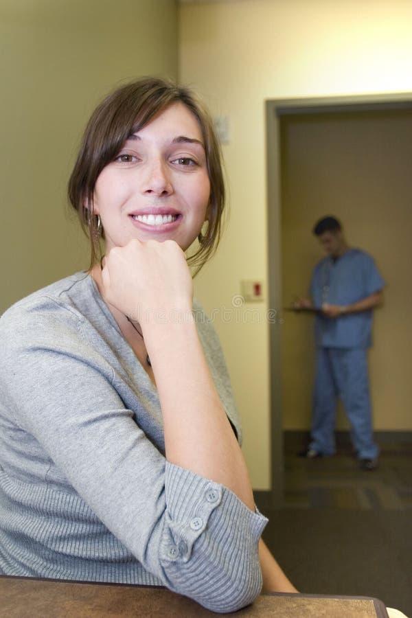 Donna che attende alla clinica fotografia stock libera da diritti