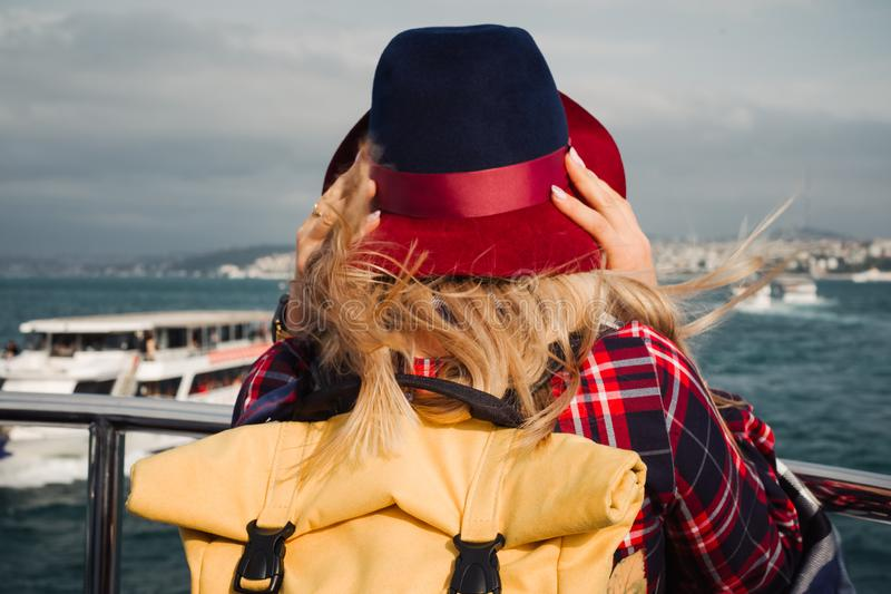 Donna che attraversa sul traghetto a Costantinopoli through lo stretto del Bosforo fotografie stock libere da diritti