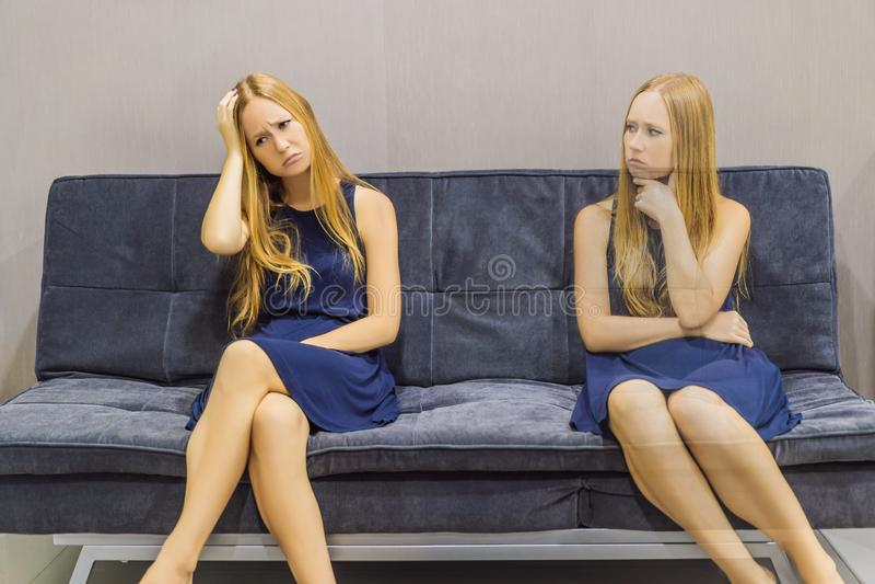 Donna che avverte le emozioni tristi e valutare le loro emozioni dal lato Concetto emozionale di intelligenza fotografie stock