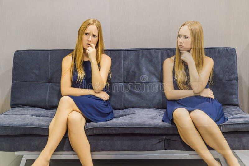 Donna che avverte le emozioni tristi e valutare le loro emozioni dal lato Concetto emozionale di intelligenza fotografie stock libere da diritti