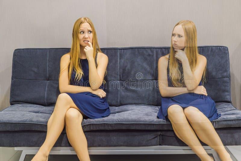 Donna che avverte le emozioni tristi e valutare le loro emozioni dal lato Concetto emozionale di intelligenza immagine stock libera da diritti