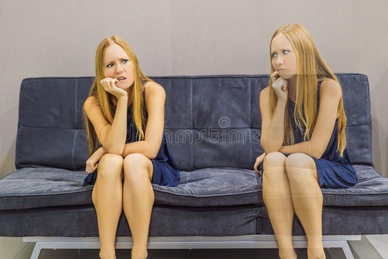 Donna che avverte le emozioni tristi e valutare le loro emozioni dal lato Concetto emozionale di intelligenza fotografia stock libera da diritti