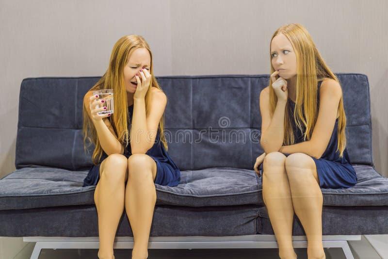 Donna che avverte le emozioni tristi e valutare le loro emozioni dal lato Concetto emozionale di intelligenza immagine stock