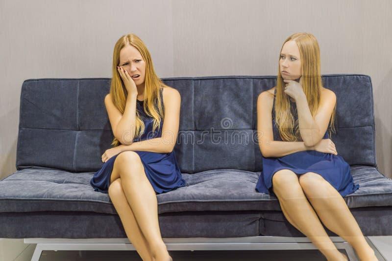 Donna che avverte le emozioni tristi e valutare le loro emozioni dal lato Concetto emozionale di intelligenza immagini stock