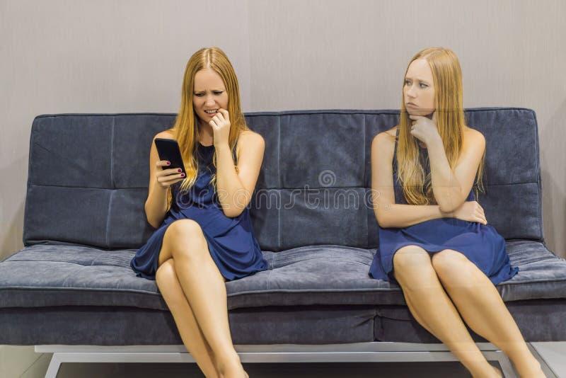Donna che avverte le emozioni tristi facendo uso di uno smartphone e valutare le loro emozioni dal lato Intelligenza impressionab immagine stock