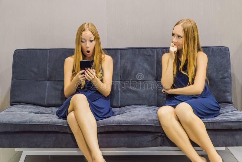 Donna che avverte le emozioni tristi facendo uso di uno smartphone e valutare le loro emozioni dal lato Intelligenza impressionab fotografia stock