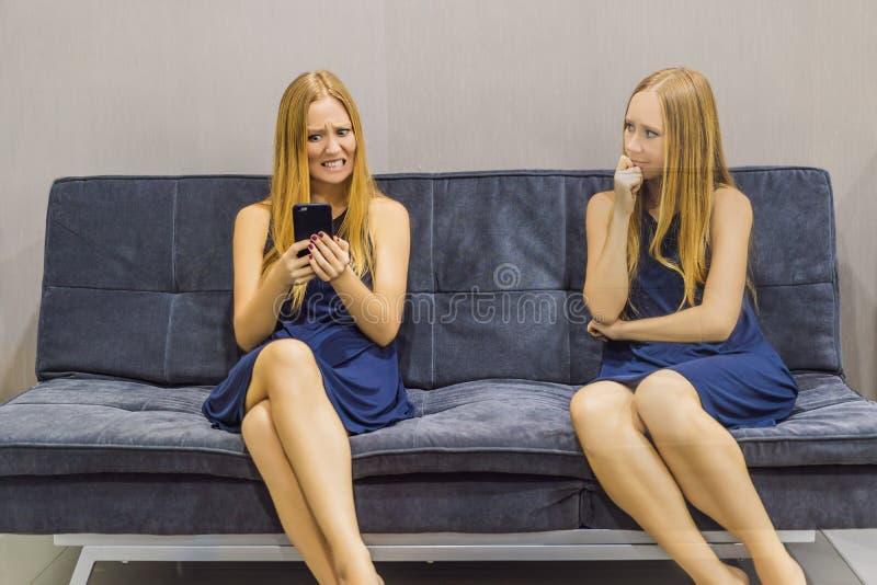 Donna che avverte le emozioni tristi facendo uso di uno smartphone e valutare le loro emozioni dal lato Intelligenza impressionab immagini stock libere da diritti