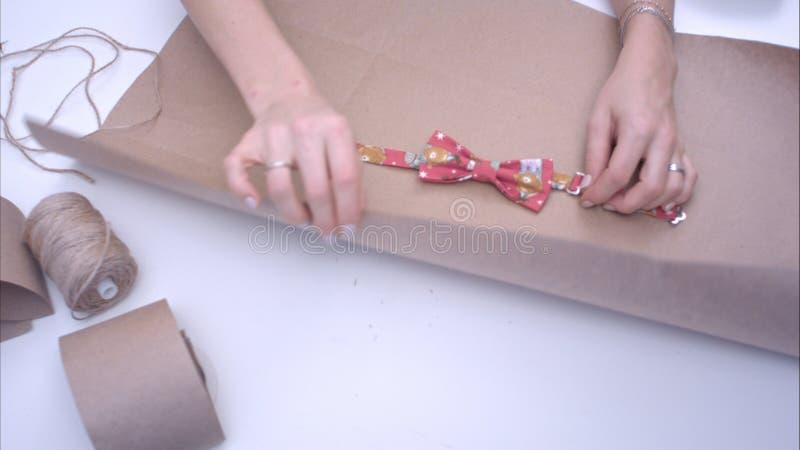 Donna che avvolge una cravatta a farfalla immagini stock