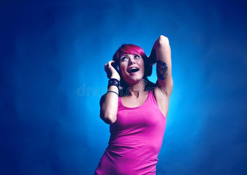 Donna che balla alla musica immagine stock