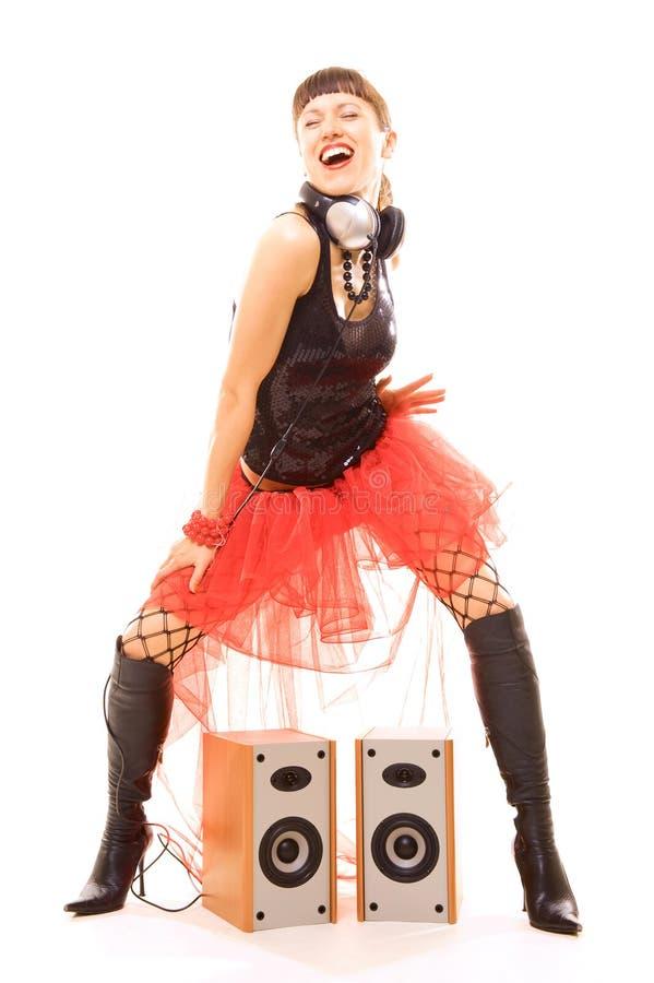 Donna che balla vicino agli altoparlanti con piacere immagini stock