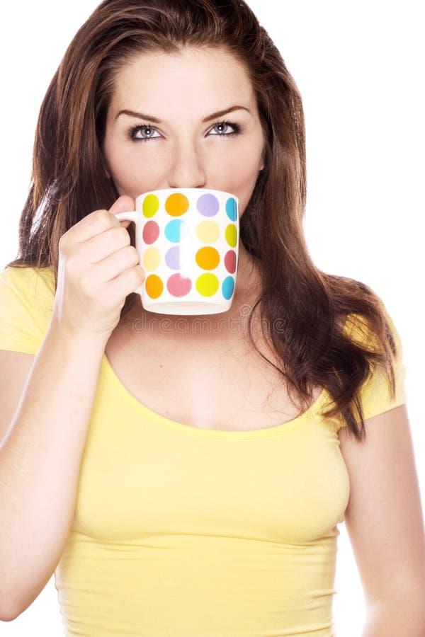 Donna che beve da una tazza fotografie stock libere da diritti