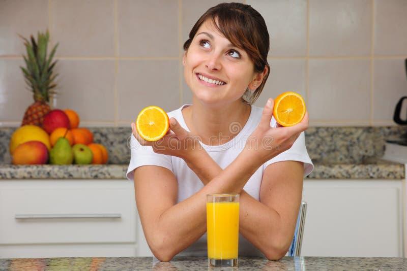 Donna che beve il succo di arancia fotografie stock libere da diritti