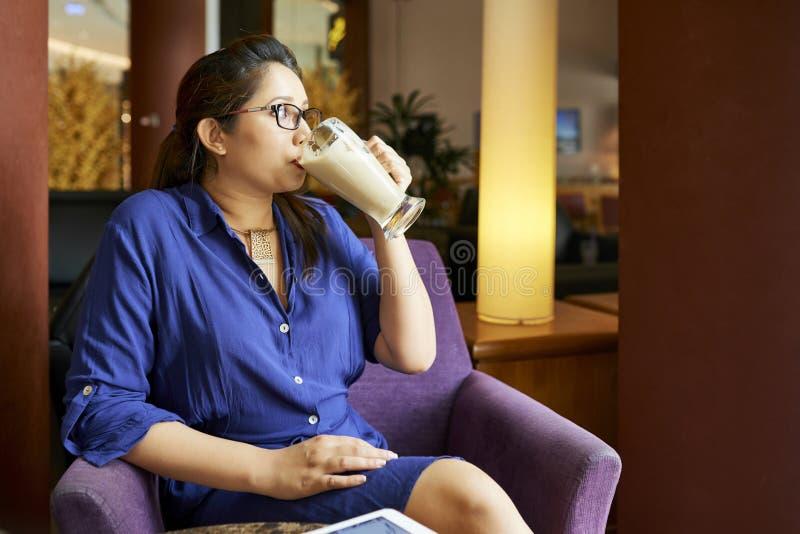 Donna che beve scossa saporita immagini stock