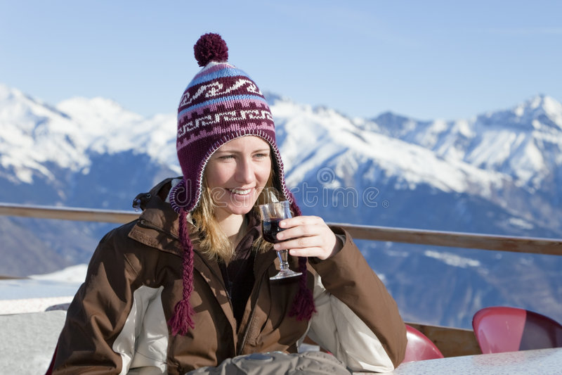 Donna che beve vino rosso fotografie stock libere da diritti
