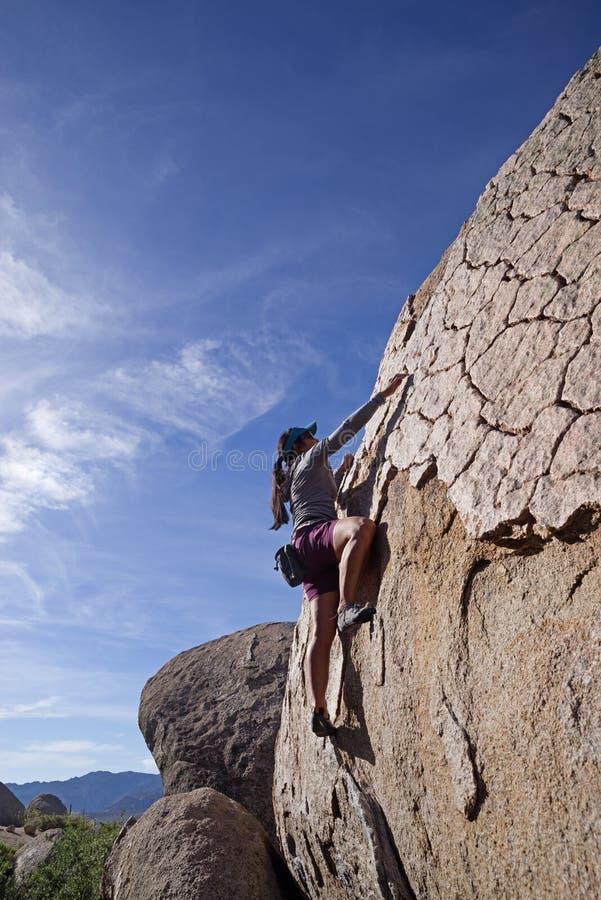 Donna che bouldering fotografia stock