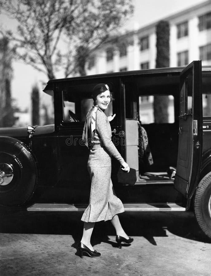 Donna che cammina all'automobile (tutte le persone rappresentate non sono vivente più lungo e nessuna proprietà esiste Garanzie d immagine stock libera da diritti