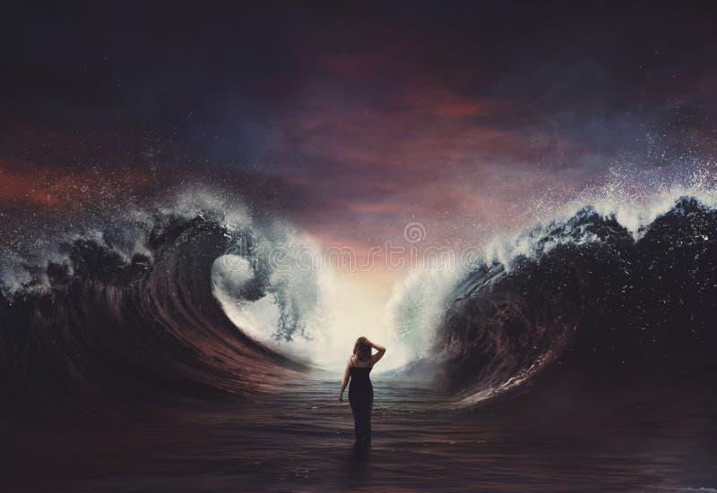 Donna che cammina attraverso il mare separato. fotografia stock libera da diritti