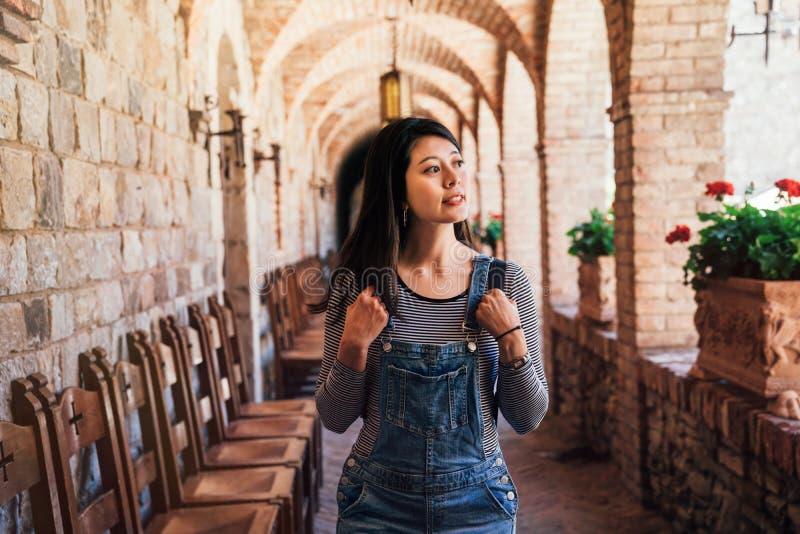 Donna che cammina in corridoio in vecchio castello medievale fotografie stock libere da diritti