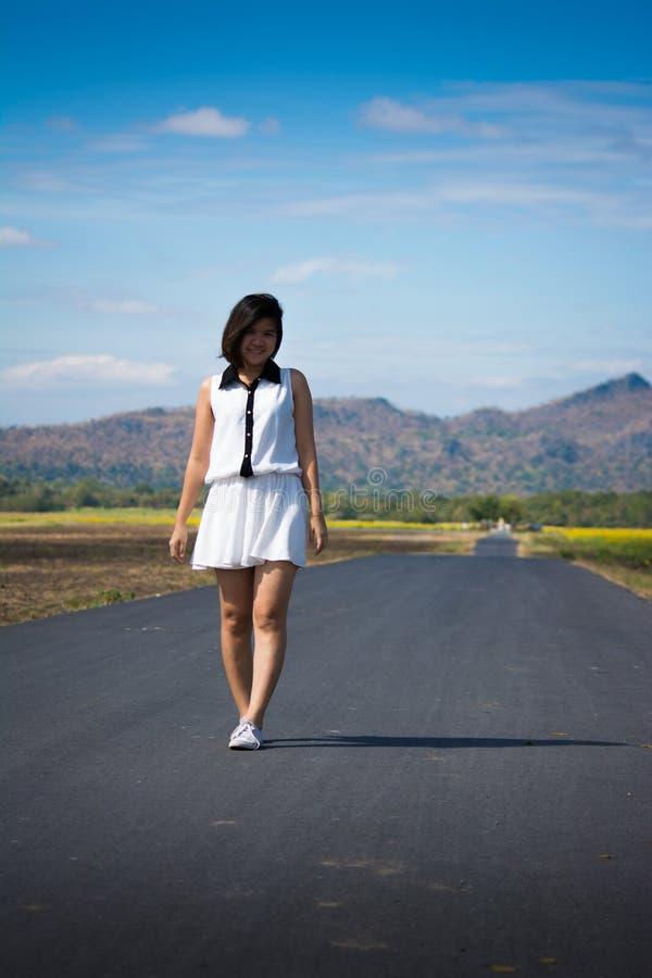 Donna che cammina da solo immagini stock libere da diritti