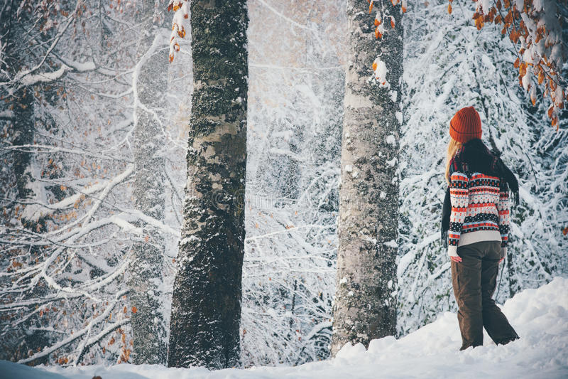 Donna che cammina da solo nello stile di vita di viaggio della foresta di inverno fotografie stock