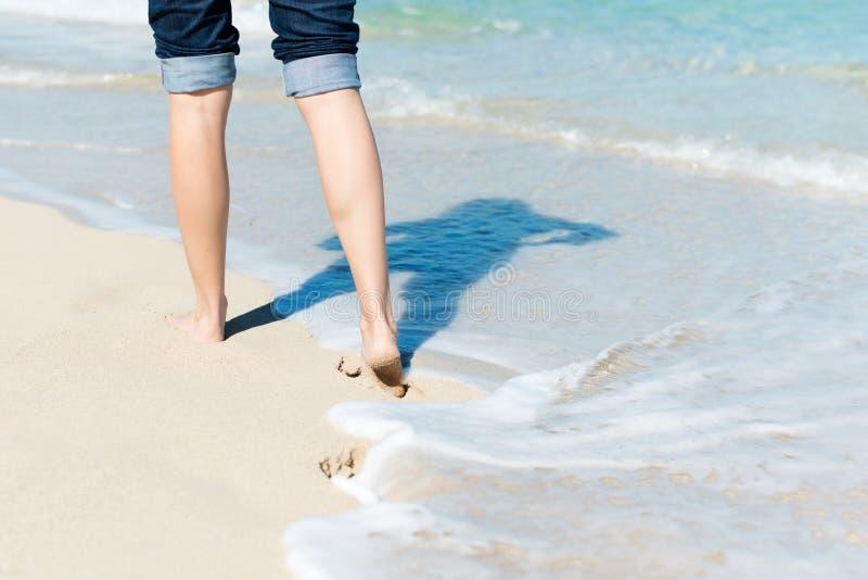 Donna che cammina dall'oceano immagini stock libere da diritti