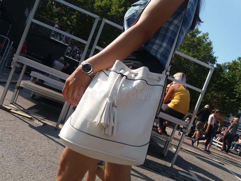 Donna che cammina in di mercato immagini stock libere da diritti
