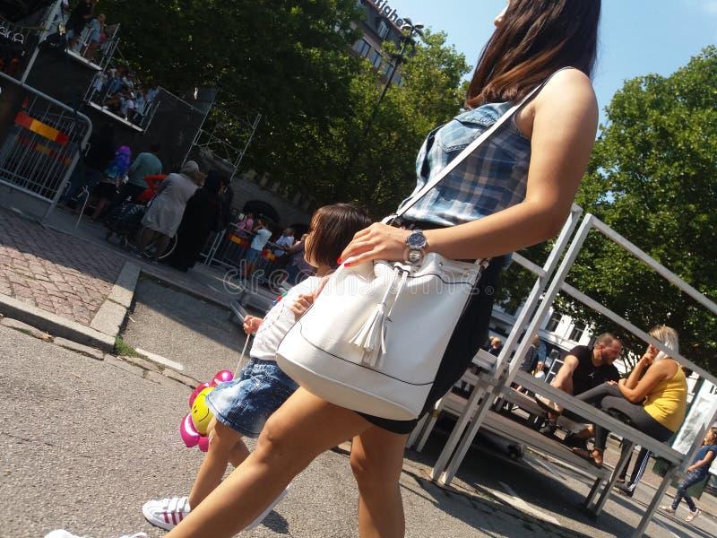 Donna che cammina in di mercato fotografie stock
