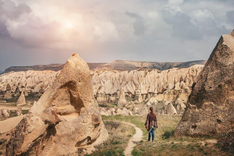 Donna che cammina e che gode del paesaggio della montagna di Cappadocia fotografia stock libera da diritti