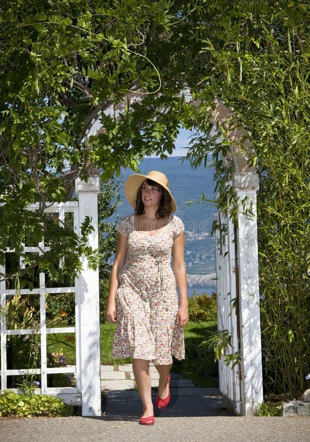 Donna che cammina nel giardino fotografie stock libere da diritti