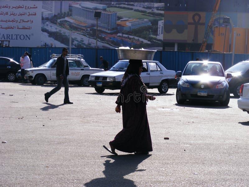 Donna che cammina nel quadrato del tahrir fotografie stock libere da diritti