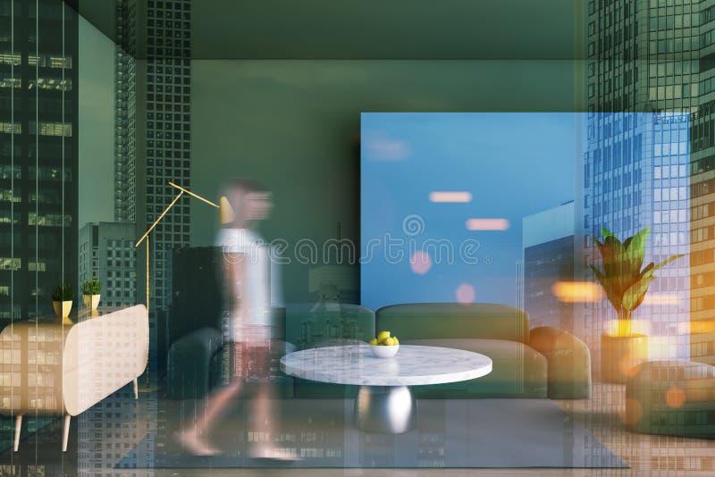 Donna che cammina nel salone verde fotografie stock libere da diritti