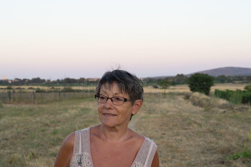 Donna che cammina nella vigna fotografie stock